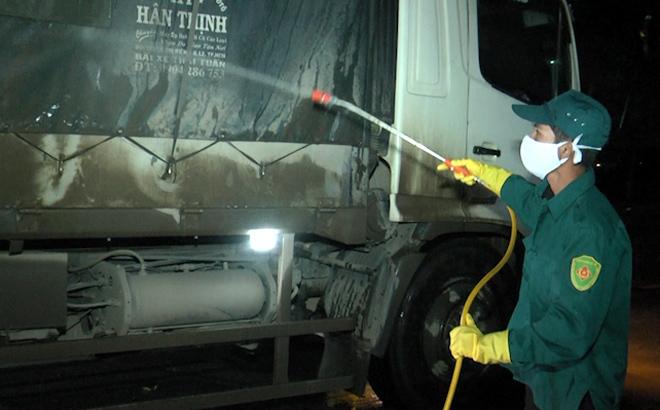 Cán bộ chốt kiểm dịch y tế liên ngành số 6 tại xã Minh Quân, huyện Trấn Yên phun tẩy trùng các phương tiện tham gia giao thông vào địa bàn tỉnh.