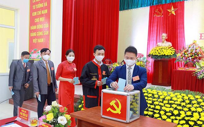 Đại hội Đảng bộ xã Tân Dân, thành phố Hạ Long, Quảng Ninh, được tổ chức ngày 17, 18 - 3. Các đại biểu đeo khẩu trang để phòng COVID-19. (Ảnh minh họa)