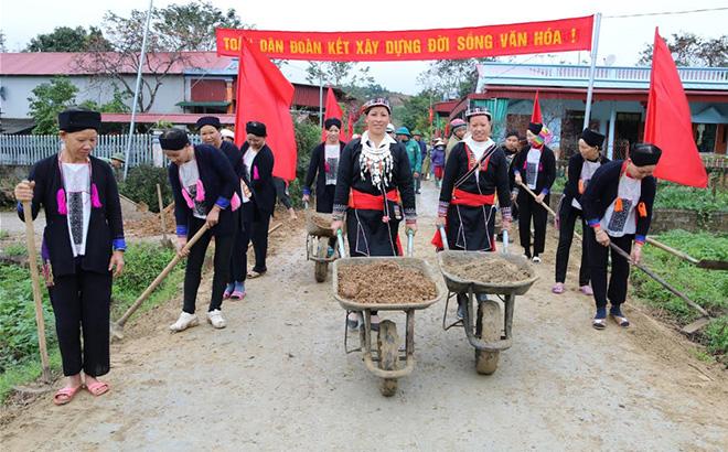 Nhân dân các dân tộc huyện Văn Yên tham gia làm đường giao thông nông thôn.