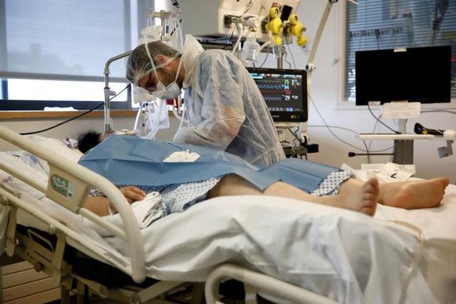 Bệnh nhân Covid-19 được điều trị tại phòng chăm sóc tích cực ở bệnh viện tại Paris.