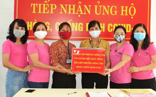 Câu lạc bộ Nữ doanh nhân thành phố Yên Bái ủng hộ gần 60 triệu đồng cho công tác phòng, chống dịch bệnh Covid -19. (Ảnh: Thanh Nghị)