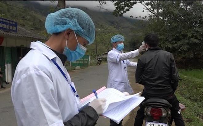 Huyện vùng cao Trạm Tấu thành lập 12 chốt kiểm dịch và 57 tổ tự quản phòng, chống dịch COVID-19. (Ảnh: Thành viên Chốt kiểm dịch y tế liên ngành tại Km17+100 kiểm tra thân nhiệt người đi vào địa bàn huyện)