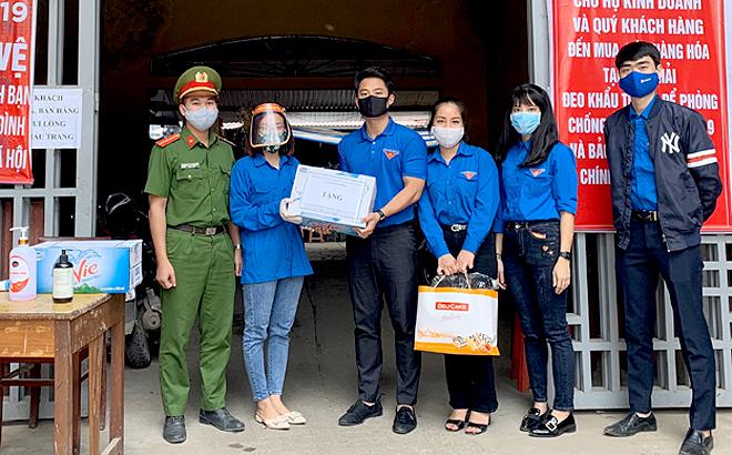 Thanh niên Khối cơ quan và doanh nghiệp tỉnh tặng quà tại chốt kiểm soát dịch bệnh chợ Minh Tân, thành phố Yên Bái.