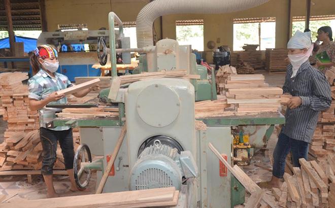 Doanh nghiệp sản xuất gỗ thanh ở Khu công nghiệp phía Nam tỉnh Yên Bái luôn nhận được nhiều chính sách hỗ trợ của Nhà nước. (Ảnh: Đức Toàn)