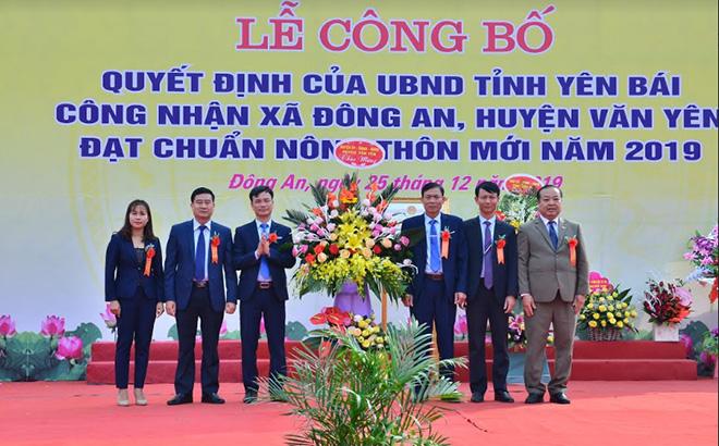 Lãnh đạo huyện Văn Yên chúc mừng xã Đông An đón Bằng công nhận xã đạt chuẩn nông thôn mới.