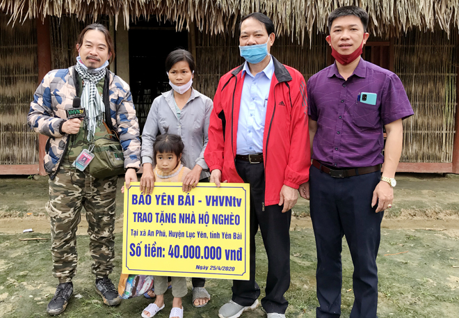 Leaders of Yen Bai Newspaper and Vietnamese-American journalist Truong Nguyen present 40 million VND to help the family of Loc Van Dung in Na Lai village of An Phu commune build a new house.