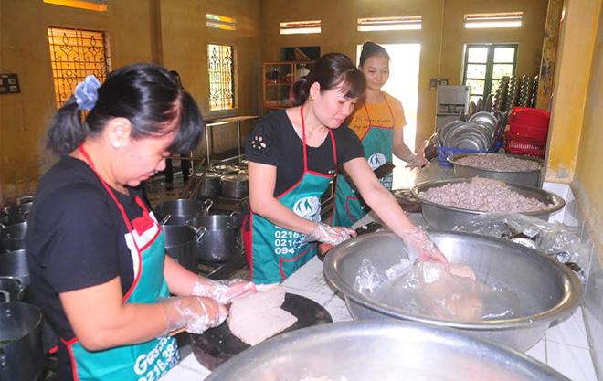 Nhân viên Trường tiểu học Hồng Thái (thành phố Yên Bái) sử dụng thực phẩm an toàn, chế biến món ăn giàu dinh dưỡng cho học sinh.