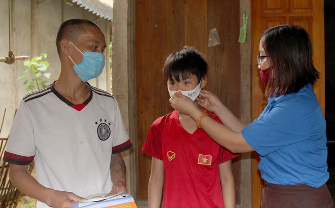 Youths present relief aid, including face masks, to locals in Kien Thanh commune.