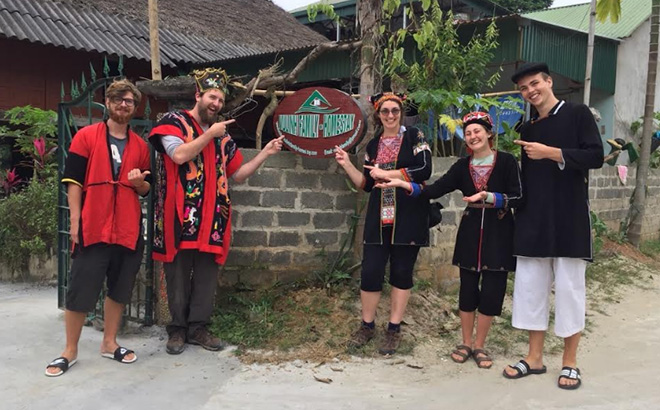 Ly Thi Sam Sung establishes a cooperative group for community-based tourism development in Ngoi Tu village, attracting many foreign tourists.