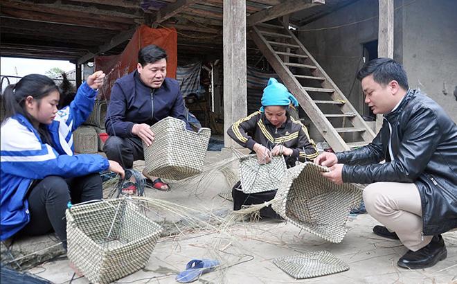 Lãnh đạo xã Phúc Sơn thăm mô hình sản xuất hàng thủ công tại thôn Khe Lụ II.