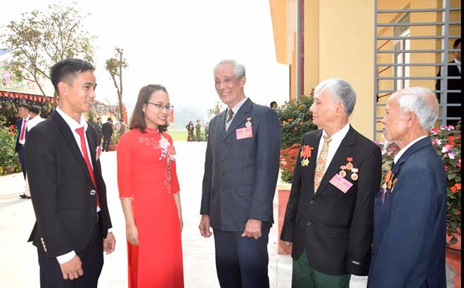 Các đảng viên trao đổi, trò chuyện tại Đại hội Đảng bộ xã Việt Thành lần thứ XXIII, nhiệm kỳ 2020 - 2025.