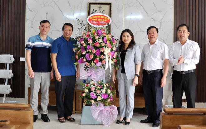 Thay mặt lãnh đạo tỉnh, đồng chí Vũ Thị Hiền Hạnh - Phó Chủ tịch UBND tỉnh tặng hoa chúc mừng Hội đồng Giáo xứ Mông Sơn.