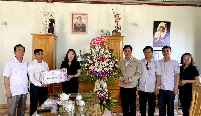 Thay mặt lãnh đạo tỉnh, đồng chí Hoàng Thị Vĩnh tặng hoa và quà chúc mừng Giáo xứ Phình Hồ nhân Lễ Phục sinh