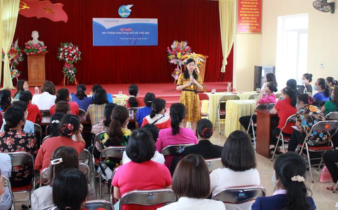 Giảng viên Học viện Phụ nữ Việt Nam truyền đạt kiến thức tại lớp tập huấn.