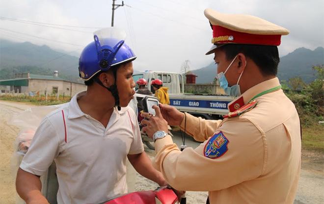 Cảnh sát giao thông Công an tỉnh kiểm tra nồng độ cồn theo Nghị định 100.