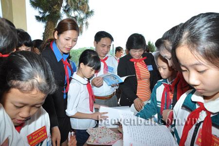 Các đại biểu và thiếu niên, nhi đồng tại Đại hội Cháu ngoan Bác Hồ huyện Trấn Yên năm 2015.