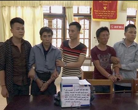 2 đối tượng Vàng A Lau và Vàng A Chờ bị bắt giữ tại chỗ cùng tang vật là 14 bánh ma túy cùng 4.000 viên ma túy tổng hợp, 2 xe máy và một số tang vật có liên quan.