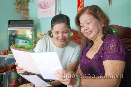 Nghệ sỹ Khánh Nguyệt (người bên phải) kể cho phóng viên Báo Yên Bái điện tử nghe chuyện 2 lần được gặp và hát cho Bác Hồ nghe.