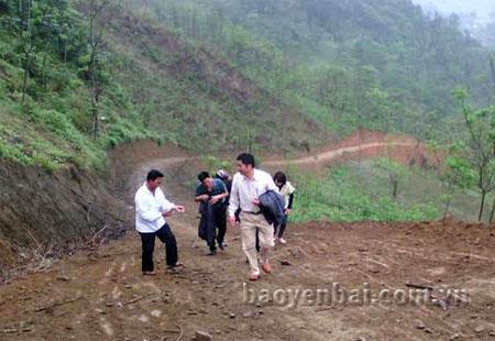 Cán bộ xã Minh Chuẩn kiểm tra tuyến đường nối thôn 4 với thôn 1, xã Khai Trung.