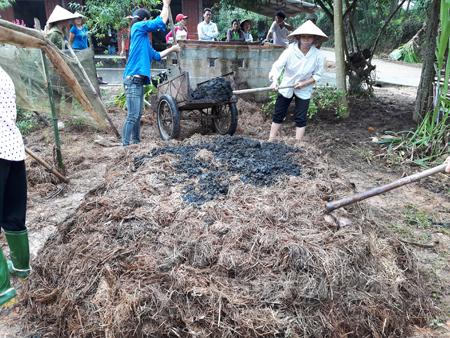 Người dân xã Bạch Hà, huyện Yên Bình ủ phân hữu cơ vi sinh bằng chế phẩm sinh học EMIC.