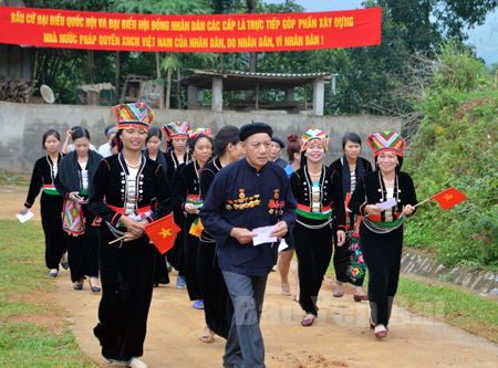 Cử tri dân tộc Khơ Mú xã Nghĩa Sơn (Văn Chấn) nô nức đi bầu cử. (Ảnh: Phan Tuấn - Đài TT-TH Văn Chấn)