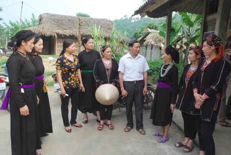 Lãnh đạo xã Khánh Hòa (Lục Yên) vận động nhân dân thôn 7 tích cực tham gia làm đường giao thông, xây dựng đời sống văn hóa.