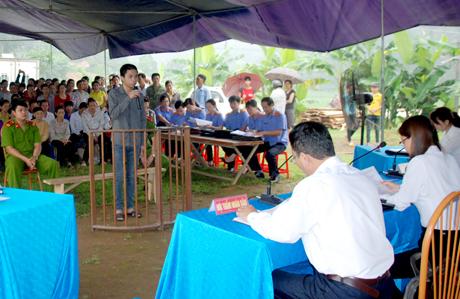Đông đảo người dân đến dự phiên tòa xét xử bị cáo Đinh Công Tiệp.