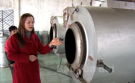 Bà Lâm Thị Thoa - Chủ nhiệm HTX Suối Giàng giới thiệu dây chuyền sản xuất chè của HTX.