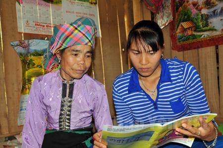 Chị Hà Thị Chiển (bên phải) luôn quan tâm lồng ghép tuyên truyền chính sách pháp luật cho nhân dân, nhất là chị em phụ nữ.