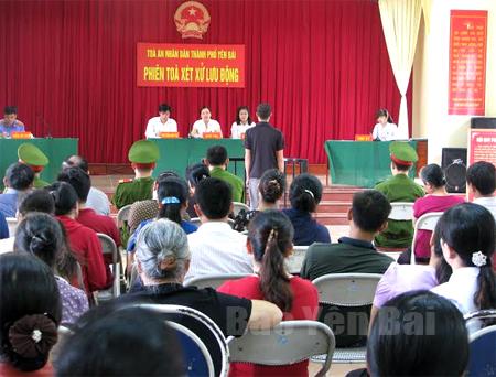 Phiên toà lưu động xét xử sơ thẩm một vụ án hình sự tại Âu Lâu, thành phố Yên Bái.