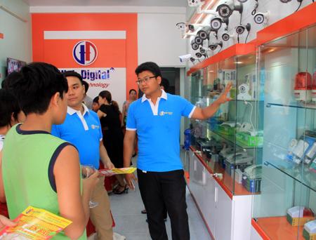 Nhân viên Công ty giới thiệu các sản phẩm với khách hàng.