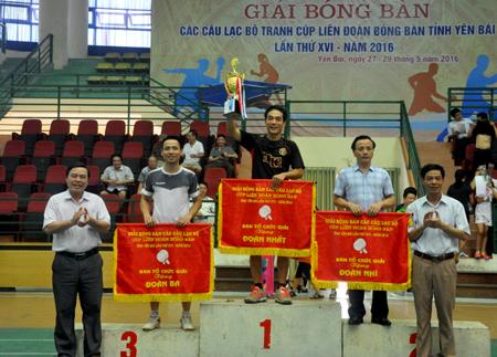 Ban tổ chức trao giải nhất, nhì, ba toàn đoàn cho các đơn vị tham dự.