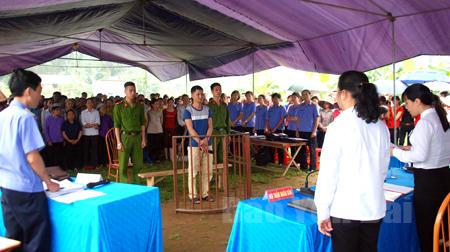 Đông đảo người dân đến tham dự phiên tòa xét xử Nguyễn Văn Quân với tội danh mua bán trái phép chất ma túy.