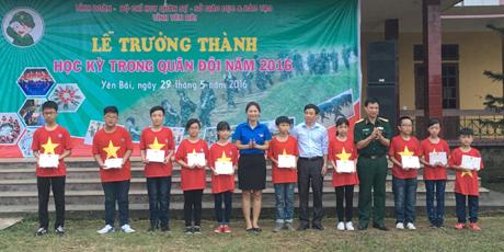 Ban tổ chức đã trao giấy chứng nhận cho các chiến sỹ nhí.