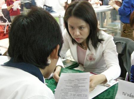 Thanh niên công nhân được tư vấn miễn phí những vấn đề liên quan đến quyền lợi chính đáng trong Tháng Công nhân 2017