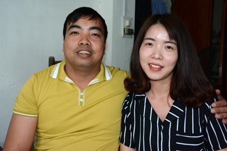 Anh Nhâm Thế Tuyền cùng vợ.