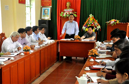 Đồng chí Dương Văn Thống - Phó Bí thư Thường trực Tỉnh ủy, Trưởng đoàn đại biểu Quốc hội khóa XIV tỉnh Yên Bái trao đổi với lãnh đạo xã Việt Hồng về công tác xây dựng Đảng.