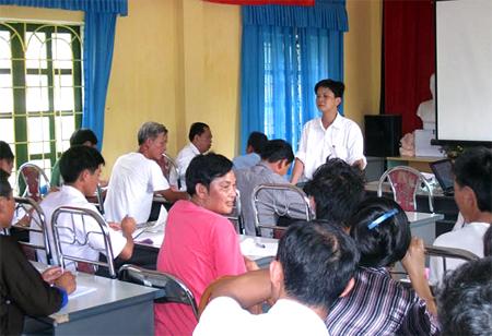 Tiến sĩ Nguyễn Ngọc Nghĩa tuyên truyền về phòng chống dịch bệnh tại cơ sở.