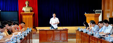 Phó chủ tịch UBND tỉnh Dương Văn Tiến phát biểu tại cuộc họp.