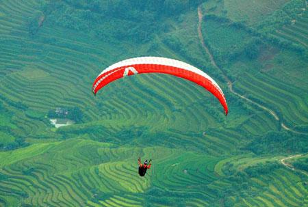 Vận động viên tham gia trình diễn bay dù lượn.