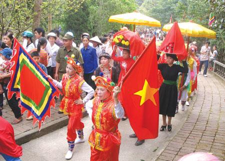 Lễ hội đền Đại Cại hàng năm thu hút hàng chục nghìn du khách đến chiêm bái.