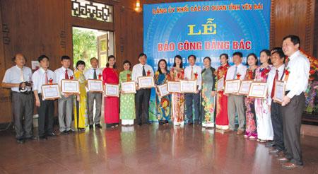 Đảng ủy Khối các cơ quan tỉnh báo công dâng Bác và trao giấy khen cho các tập thể thực hiện tốt việc học tập, làm theo Bác năm 2016 tại Làng Sen (Nam Đàn, Nghệ An).