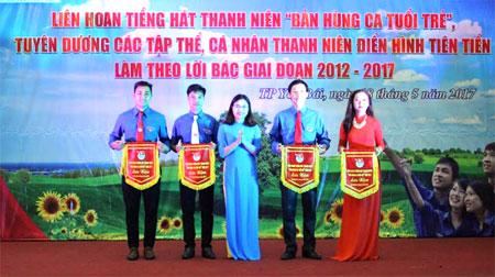 Đồng chí Đỗ Thị Lan Phương – Bí thư Thành đoàn trao cờ lưu niệm cho các cụm thanh niên thành phố.