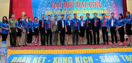 Ban chấp hành Thành đoàn Yên Bái khoá XIX, nhiệm kỳ 2017 - 2022 ra mắt Đại hội.