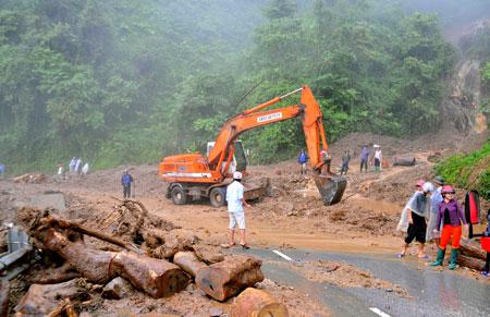 Công nhân Công ty cổ phần Xây dựng đường bộ I tỉnh Yên Bái xử lý điểm sạt lở ta-luy dương khu vực đèo Khau Phạ trong mùa mưa bão năm 2016.