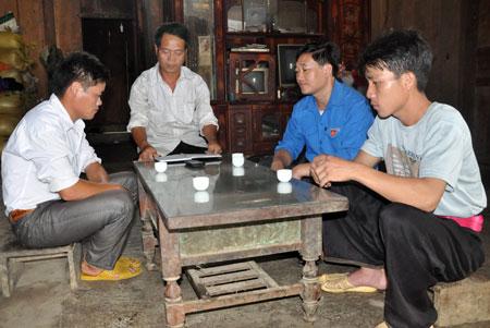 Nông dân xã Hồng Ca, huyện Trấn Yên tìm hiểu kiến thức pháp luật.