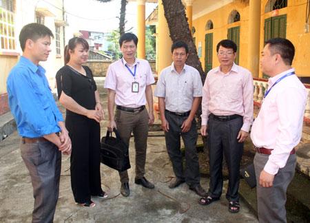 Cán bộ Phòng Giao dịch Nghĩa Lộ, trao đổi với các tổ chức, đoàn thể xã Nghĩa Phúc, thị xã Nghĩa Lộ về chương trình vay vốn.