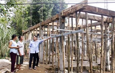 Lãnh đạo xã Thanh Lương kiểm tra công trình xóa nhà dột nát tại thôn Bản Lào.