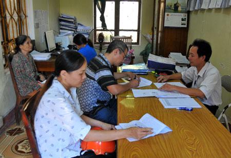 Người dân nộp thuế tại Đội Thuế phường Minh Tân, thành phố Yên Bái.