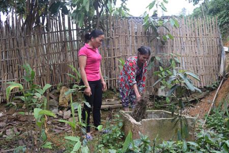Chị Trần Thị Mai - Trưởng thôn Yên Thành (bên trái) kiểm tra việc thu gom và xử lý rác thải tại gia đình chị Trần Thị Tấm.